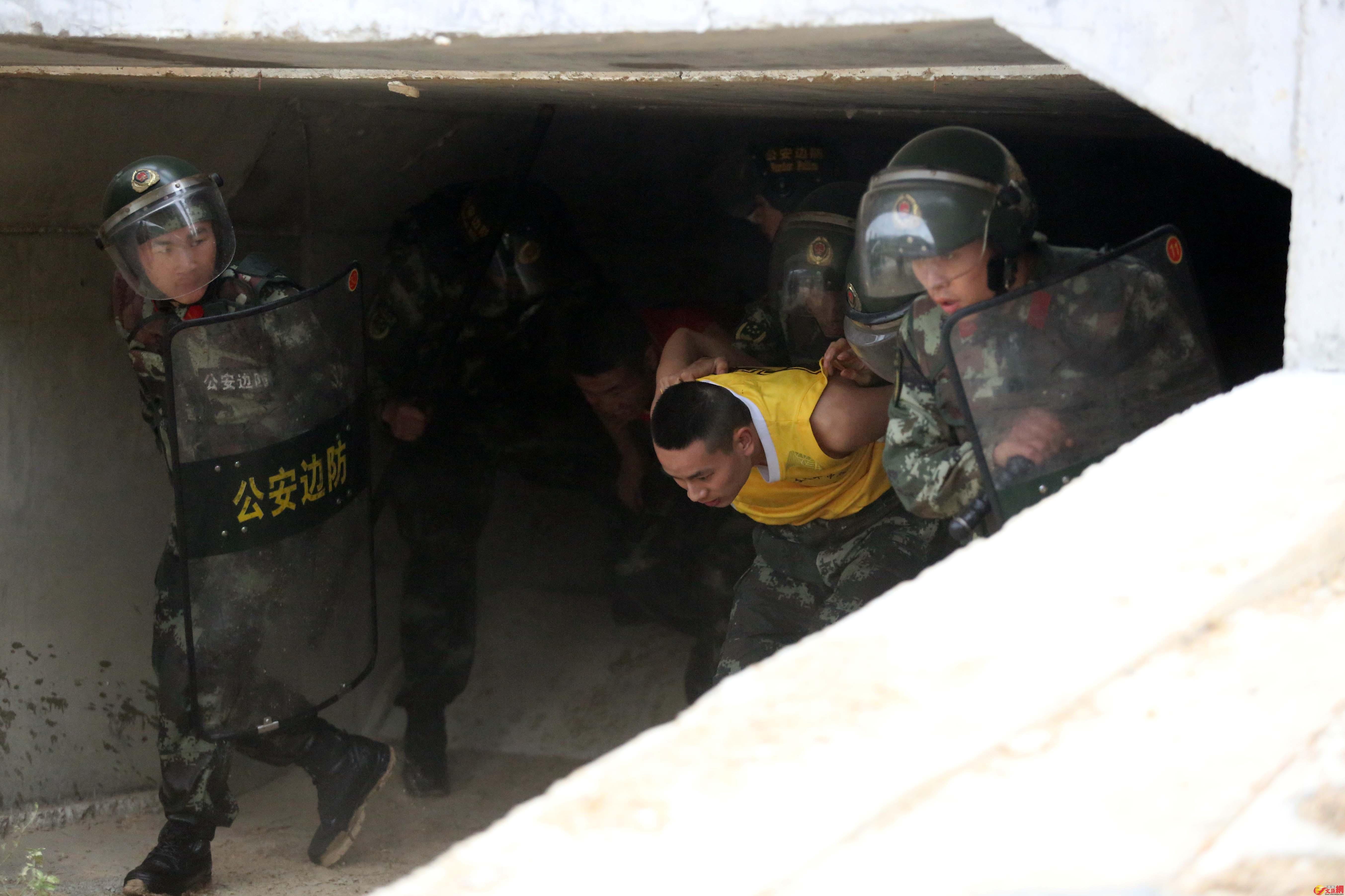邊防官兵在排污涵洞抓獲不法分子。記者 郭若溪攝