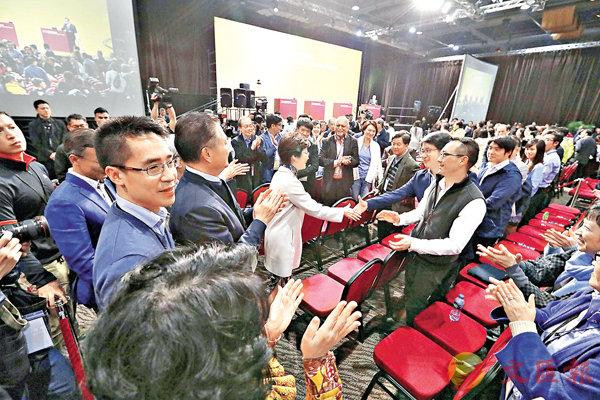 ■昨晚的特首選舉論壇上,林鄭與選委握手交談。