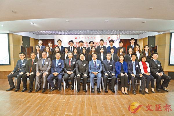 ■一眾嘉賓與第十二屆幹事會成員合照。 莫雪芝  攝