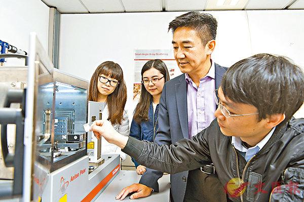 ■王循理(右二)領導的研究團隊,最近在金屬玻璃成型過程中,發現一個未為人知的無定型狀態。 城大供圖