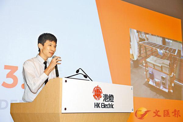 ■同學向比賽評審介紹「太陽能無線網絡分享器」。 校方供圖