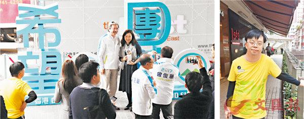 ■2017年3月7日,曾俊華與市民合照,助選員起初不讓棓仔(黃衣者)排隊。 本報記者  攝
