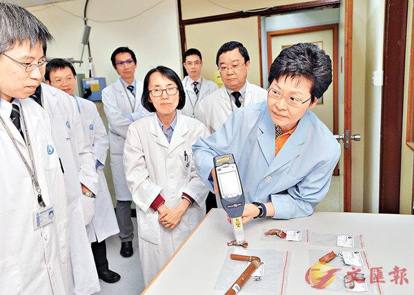 ■林鄭(右一)早前參觀政府化驗所的化驗室,了解物料含鉛測試。 資料圖片