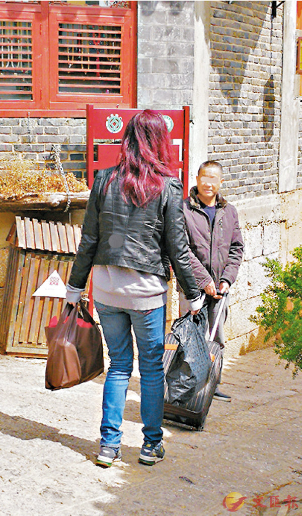 ■客棧老闆不但親自到古城外接待記者,更幫忙避交古城維護費。 記者丁樹勇  攝