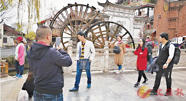 ■麗江市假日辦的數據顯示,今年春節黃金周期間接待的遊客較去年增長了47.92%。 記者丁樹勇  攝