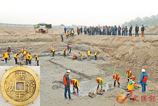 ■「張獻忠江口沉銀」處出水萬件文物,圖為多名考古學家參觀發掘現場。新華社