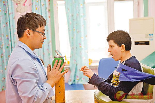 ■昨日,俄羅斯「腦癱」患兒在殘聯腦癱康復中心裡進行治療。  中新社