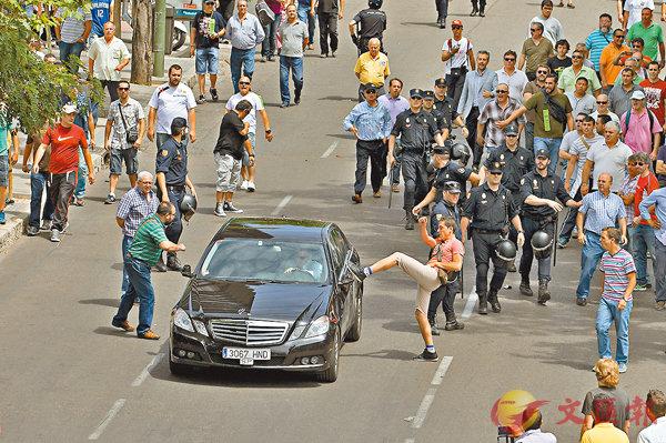 ■馬德里Uber應召車遭示威人士起飛腳。 美聯社