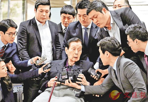 ■94歲的樂天創辦人辛格浩在庭外被傳媒追訪。 路透社
