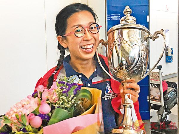 ■經過一日兩賽15個小時的苦戰,吳安儀終再奪冠軍獎盃。潘志南  攝