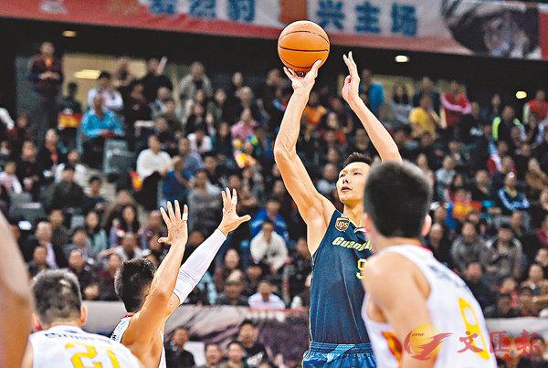 ■易建聯(右二)29分10個籃板助廣東隊重返總決賽。 新華社
