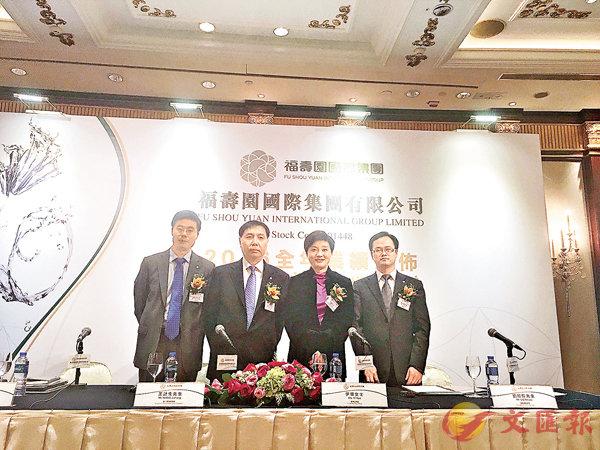 ■王計生(左二)指,公司會不斷整合優秀資源。周曉菁  攝