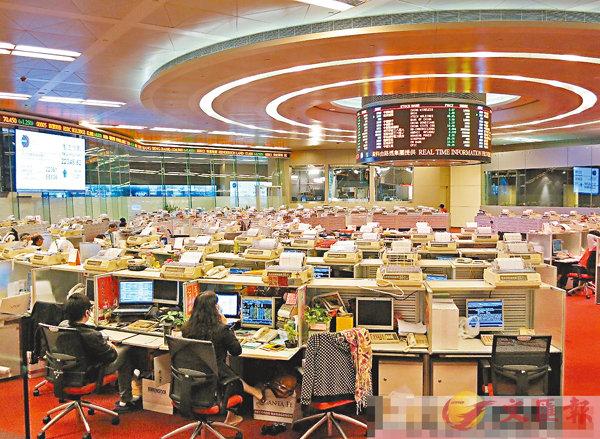■香港作為國際金融中心,加上有聯繫匯率,作為版圖內的美元區,這一角色將愈見有發揮。圖為港交所交易大堂。 資料圖片
