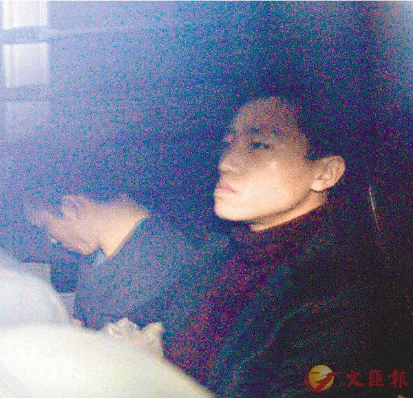 ■楊逸朗(右)昨早由囚車押送到法院判刑。