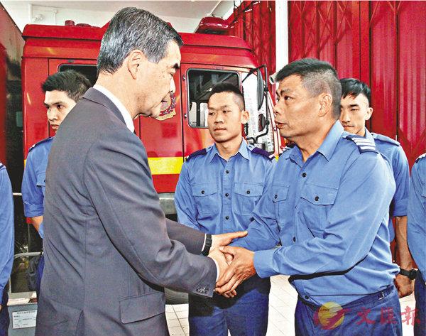 ■特首與田心消防局的消防員握手並慰問。