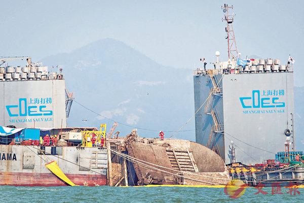 ■打撈人員登上「世越」號視察。 法新社