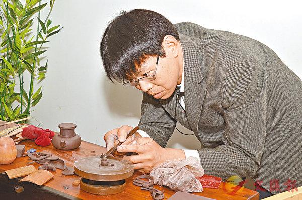 ■陳明軍在中文大學演示紫砂製作。
