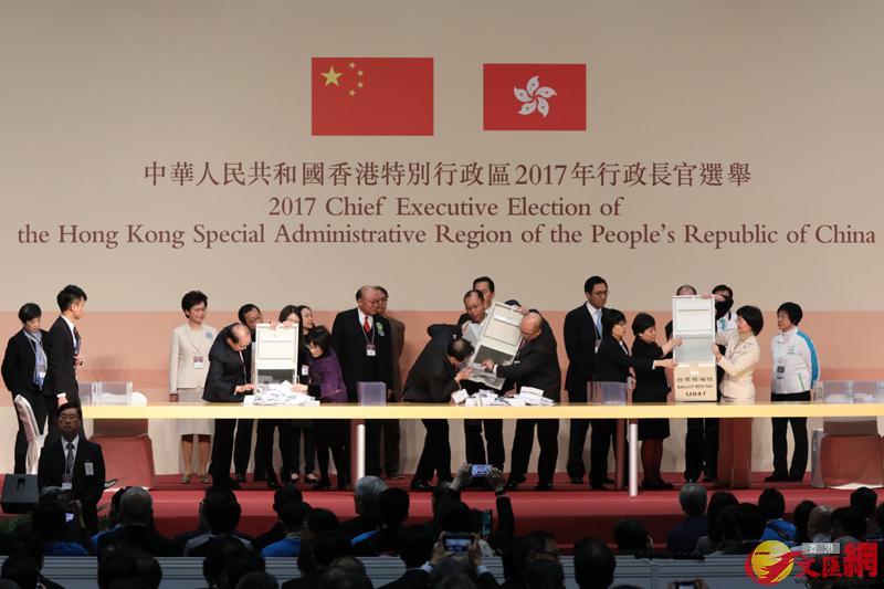 圖為行政長官選舉候選人林鄭月娥、胡國興及另一候選人曾俊華的代表站在點票中心主席台,見證票箱開啟。