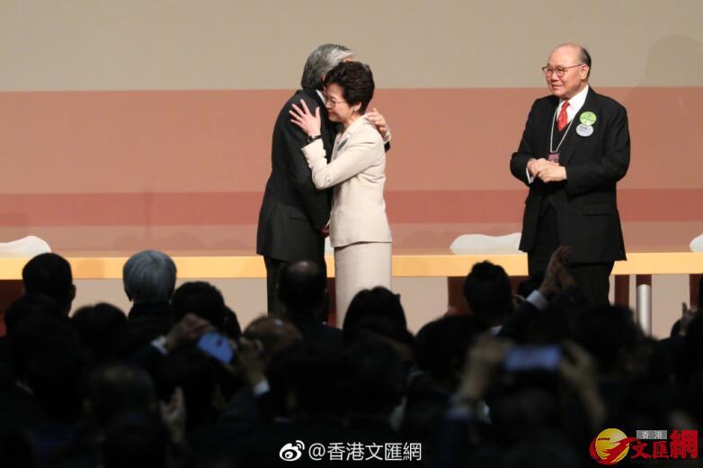 曾俊華與林鄭月娥擁抱,祝賀林鄭當選。