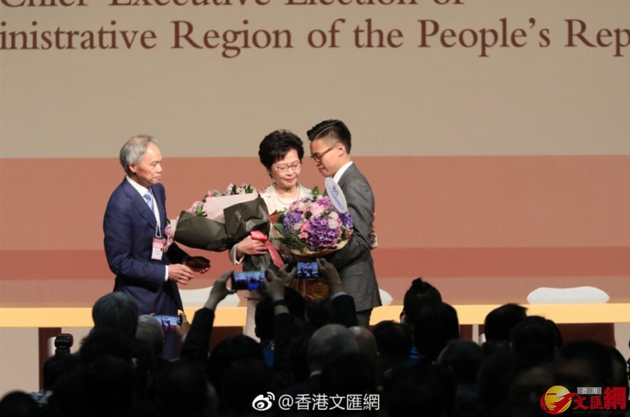 林鄭月娥丈夫林兆波和大兒子林節思向她送上鮮花祝賀。