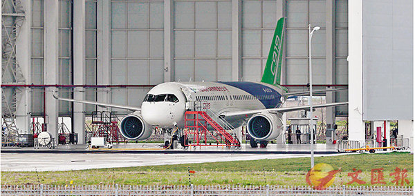 ■國產大型客機C919通過首飛技術評審。圖為國產大飛機C919停放在位於中國商飛公司的機庫內。   中新社