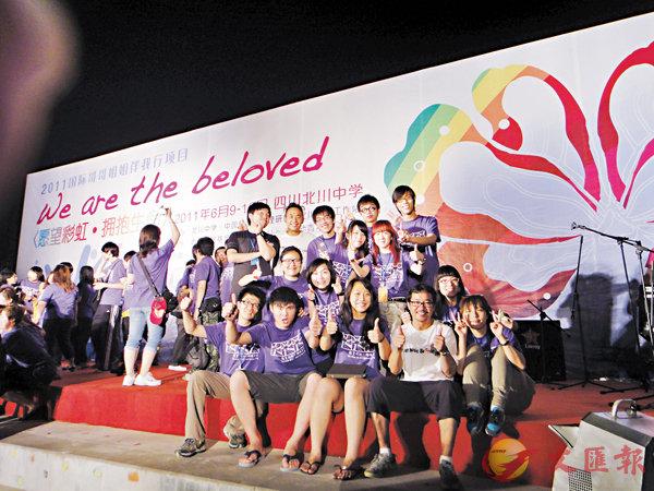 ■香港音樂人和北川中學學生完成晚會後為自己點讚。 受訪者供圖