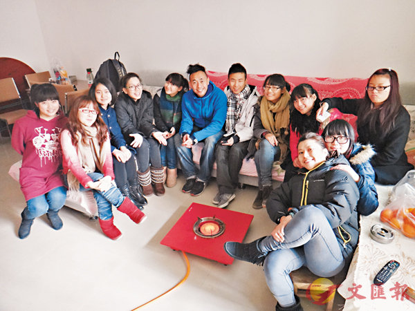 ■歌莉雅(左四)和程里高(左六)去學生家探訪。 受訪者供圖