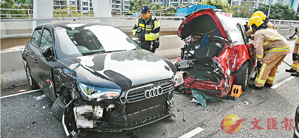 ■消防員仔細檢查被嚴重撞毀的士車身,另一輛房車車頭損毀。