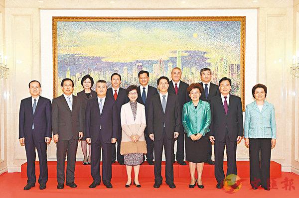 ■林鄭月娥(前排左四)與中聯辦主任張曉明(前排右四)、全體副主任、秘書長等合照。