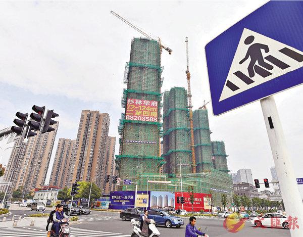 ■杭州、廈門、福州三地28日開始升級樓市調控政策。圖為福州一處在建樓盤。 資料圖片