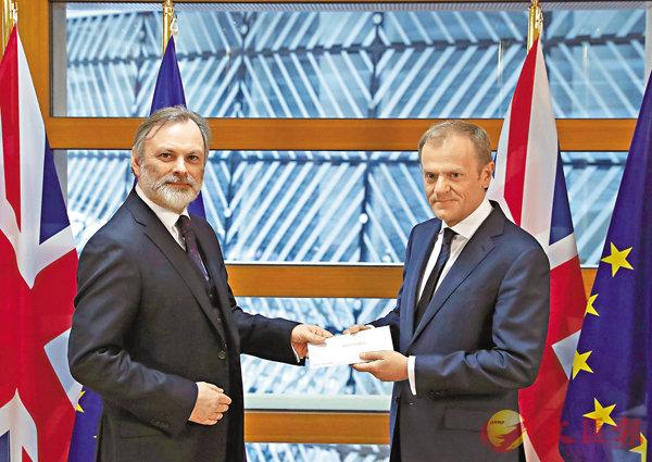 ■巴羅(左)將信件交予圖斯克,代表英國正式啟動脫歐程序。 路透社
