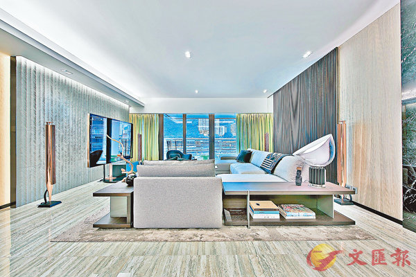 ■客飯廳用了分子料理的概念,選用多種不同質地及視覺效果的木材,加上顏色和傢俬的配搭,營造出輕豪華的感覺。