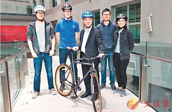 ■陳浩然(右二)陳有運(左)及路明科技的年輕創業者與莫偉軒(中)。殷翔  攝
