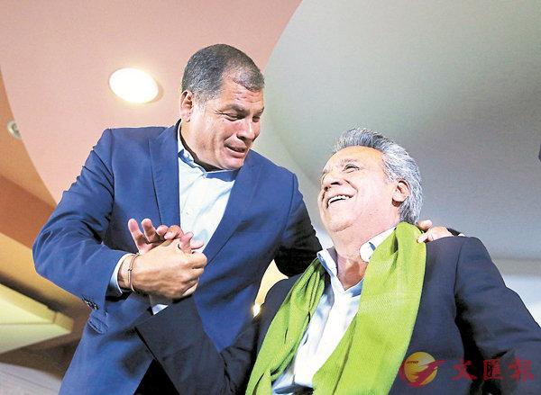 ■厄瓜多爾總統科雷亞(左)支持的左翼執政黨候選人莫雷諾,以51%得票率險勝大選,兩人握手祝賀。 路透社