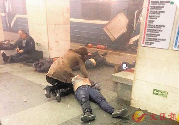 ■受傷乘客爬出車廂等待救援。 美聯社