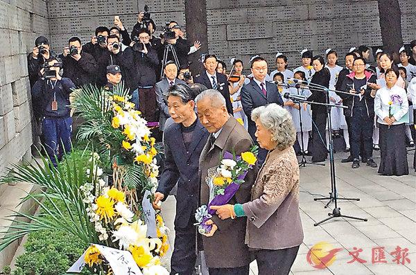■葛道榮向在南京大屠殺中罹難的親人獻花。 記者陳旻 攝