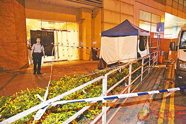 ■警員封鎖墮樓現場,並用綠色帳篷遮蓋女童遺體(後方)。