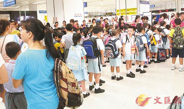 ■目前,不少雙非學童選擇每天長途跨境赴港求學。 資料圖片