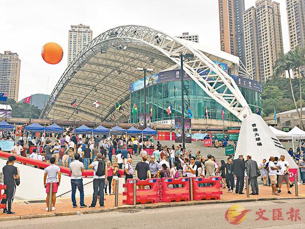 ■大批來自五湖四海的旅客及本港市民齊集香港大球場,為心儀隊伍打氣。 鄺慧敏 攝