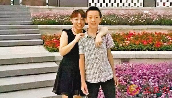 ■調查證實趙鑫(右)的死亡並非他殺。圖為他生前與母親合照。網上圖片