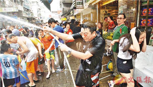 ■有店舖提供水源,甚至開出大水喉向途人射水,途人全身濕透。劉國權  攝