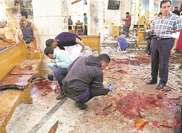 ■教堂內血跡斑斑,當局派員搜證。法新社