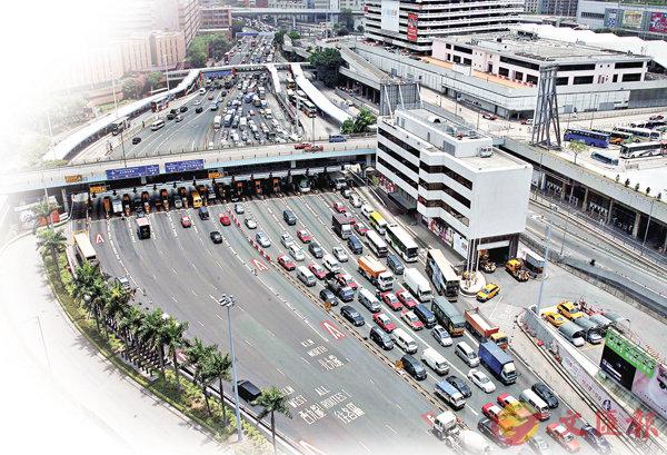 ■紅隧長期擠塞,是香港最主要的交通問題之一。 資料圖片