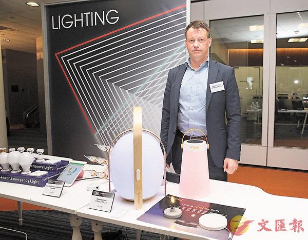 ■無線燈利用專利技術,只要在�^底貼上電力板,電力板便可通過任何非金屬材料傳輸電力至�^上的�^燈,安裝簡單,避免礙眼的電線。 香港姆歐尼