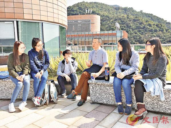 ■歐陽江河與港大學生交流。