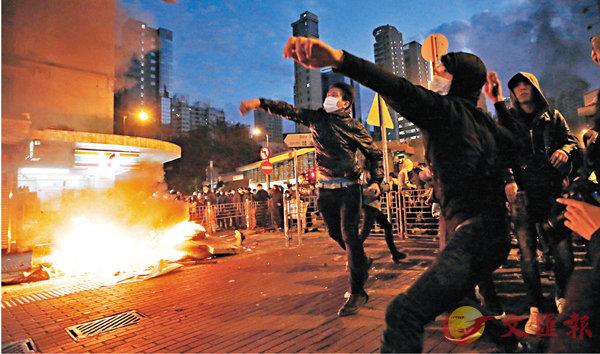 ■暴徒們撬起街上的磚頭擲向警員。資料圖片