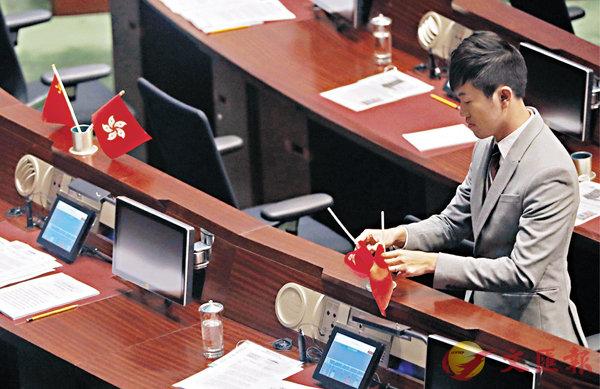 ■鄭松泰去年在立法會內把建制派議員座位上的國旗和區旗倒轉,昨被警方起訴。資料圖片