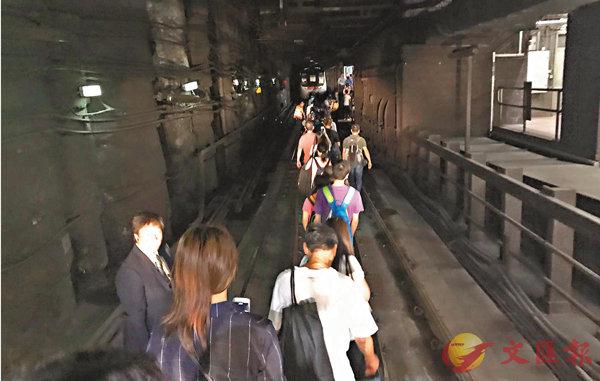 港鐵日「跪」兩次  玩殘數萬乘客 (圖)