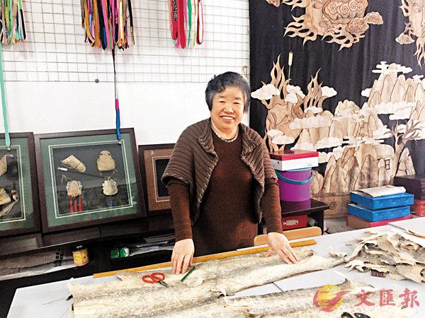 ■黑龍江省工藝美術大師、赫哲族魚皮製作技藝省級非遺傳承人劉升。  記者于海江 攝