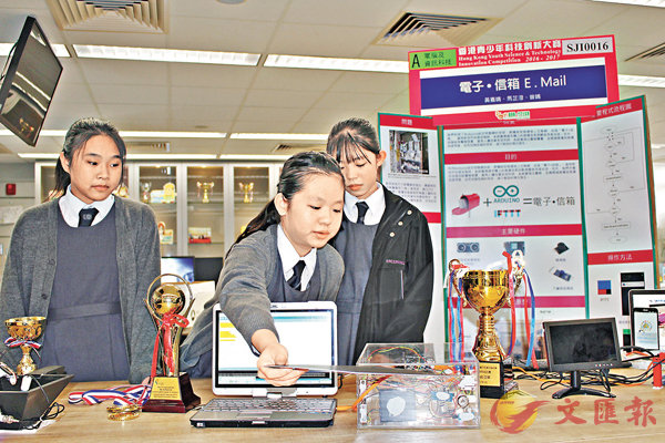■初中組優異證書得主展示發明的使用方法。左起:曾晴、黃嘉晴、馬芷澄。 柴婧  攝